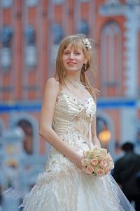 Bride with cream-colour rose bouquet